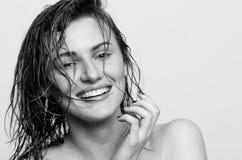 Nasses Porträt, eines glücklichen, lächelnden vorbildlichen Mädchens, Frau, Dame Lizenzfreie Stockfotos