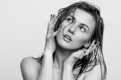 Nasses Porträt, Schwarzweiss-Mode-Modell-Mädchen Stockfoto
