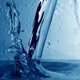 Nasses Spritzen des Wassers stockfotos