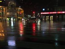 Nasses Stadtstraßenteil Stockbild