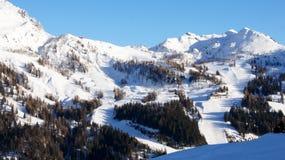 Nassfeld滑雪区域的中间驻地的山全景在奥地利 免版税库存照片