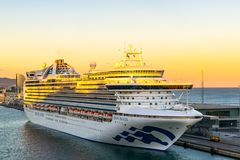 Następczyni Tronu statek wycieczkowy dokujący przy Barcelona rejsu portem Śmiertelnie przy zmierzchem z W Barcelona hotelem w tle zdjęcie royalty free
