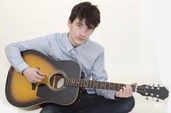Nastolatek bawić się gitarę Zdjęcie Royalty Free