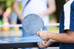 Nastolatek bawić się ping-ponga Obrazy Stock