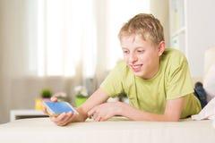 Nastolatek bawić się w telefonie Obraz Royalty Free