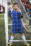 Nastolatek chłopiec bawić się piłkę nożną przy stadium sport zdjęcie royalty free