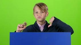 Nastolatek chłopiec dostaje up od deski z układem scalonym na zielonym ekranie za swobodny ruch zdjęcie wideo