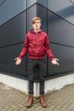 Nastolatek chłopiec gestykuluje pytanie nad miastowym backgro i wątpliwość Zdjęcie Stock