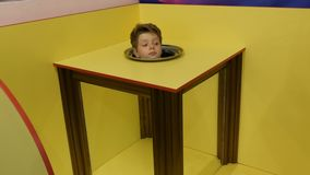 Nastolatek chłopiec pokazuje magiczną ostrość złudzenie ciało bez głowy zbiory