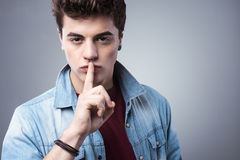 Nastolatek chłopiec robi cisza gestowi fotografia stock