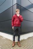 Nastolatek chłopiec rozważny wyrażenie nad miastowym tłem Zdjęcia Stock