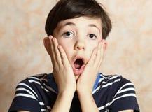 Nastolatek chłopiec z niespodzianki wyrażeniem obraz stock
