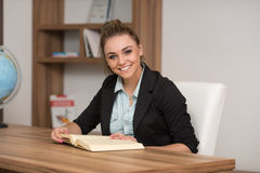 Nastolatek Czyta książkę W bibliotece Zdjęcie Royalty Free