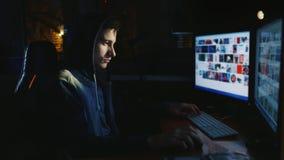 Nastolatek działa komputer póżno przy nocą Zanim on dwa monitoru na jego głowie jest ubranym kapiszon nałóg rysujący ręki ilustra zbiory