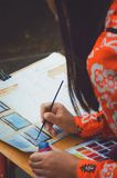 Nastolatek dziewczyna maluje obrazek z akwarelami fotografia royalty free