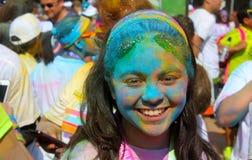 Nastolatek dziewczyna po bieg w koloru proszka rywalizaci Zdjęcie Royalty Free