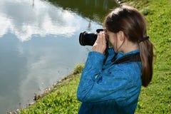 Nastolatek dziewczyna robi obrazkowi fotografia stock