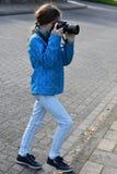 Nastolatek dziewczyna robi obrazkowi zdjęcia royalty free