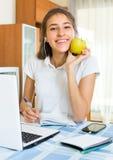 Nastolatek dziewczyna robi pracie domowej Obrazy Stock