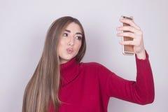 Nastolatek dziewczyna robi selfi Zdjęcia Stock