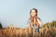 Nastolatek dziewczyna w polu pełno żółci ucho Fotografia Stock