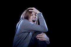 Nastolatek dziewczyna z czerwony włosiany czuciowy osamotniony krzyczeć desperacki jako znęcać się ofiary w depresji Obraz Royalty Free