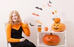 Nastolatek dziewczyna z Halloweenowymi dekoracjami Zdjęcie Royalty Free