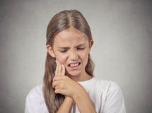 Nastolatek dziewczyna z wyczuloną ząb obolałością obraz royalty free