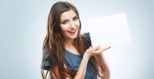 Nastolatek dziewczyny chwyta biały pusty papier Młody uśmiechnięty kobiety przedstawienie Fotografia Royalty Free