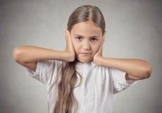 Nastolatek dziewczyny nakrywkowi ucho z rękami zdjęcie royalty free