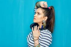 Nastolatek dziewczyny portret na błękit ścianie z powrotem Obraz Royalty Free