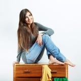 Nastolatek dziewczyny portret w domu Młoda uśmiechnięta kobieta z odziewa Zdjęcie Stock