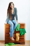 Nastolatek dziewczyny portret w domu Młoda uśmiechnięta kobieta z odziewa Obrazy Stock