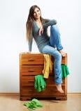 Nastolatek dziewczyny portret w domu Młoda uśmiechnięta kobieta z odziewa Zdjęcia Stock