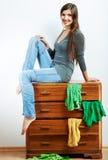 Nastolatek dziewczyny portret w domu Młoda uśmiechnięta kobieta z odziewa Obrazy Royalty Free