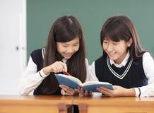 Nastolatek dziewczyny ucznia studiowanie w sala lekcyjnej obraz stock