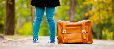 Nastolatek foots z walizką zdjęcia stock
