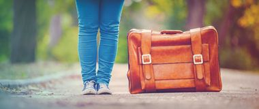 Nastolatek foots z walizką obraz royalty free