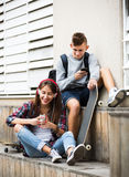 Nastolatek i jego dziewczyna z smartphones Obrazy Royalty Free