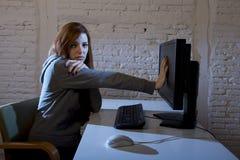 Nastolatek kobieta nadużywał cierpienie internet cyberbullying okaleczający smutny przygnębionego w strach twarzy wyrażeniu zdjęcia stock