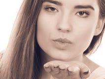Nastolatek kobiety dosłania powietrza buziaki, miłość gest Fotografia Stock