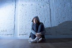 Nastolatek młodej kobiety lub dziewczyny uczucia patrzeć smutny, okaleczam i przytłaczający i deprymujący Zdjęcia Royalty Free