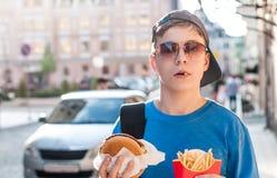 Nastolatek na ulicie w lecie zdjęcie stock