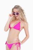 Nastolatek patrzeje nad jej okularami przeciwsłoneczne Obrazy Royalty Free