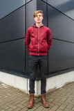 Nastolatek pozuje przed czarnym budynkiem który robi perspectiv Obraz Royalty Free
