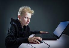 Nastolatek przy komputerem Obrazy Royalty Free