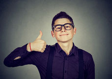 nastolatek się Nerdy mężczyzna daje aprobaty ręki gesta znakowi Zdjęcie Stock