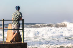 Nastolatek Stoi Pływowe basenu oceanu fala Zdjęcia Royalty Free