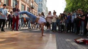 Nastolatek tanczy plenerowego w centrum Moskwa zdjęcie wideo