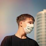 Nastolatek w grypy masce Obraz Royalty Free